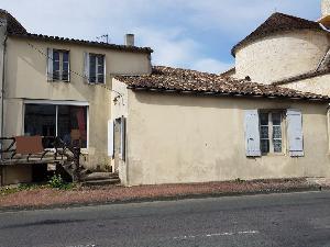 Dans un village proche de ST-FORT-S/GDE, maison de bourg…